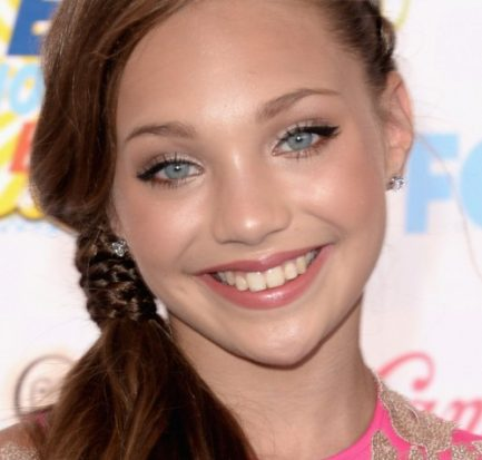 Maddie Ziegler wins the Choice Dancer award at 2017 Teen Choice Awards in LA! The singer talks about her happy relationship with her boyfriend and her career!