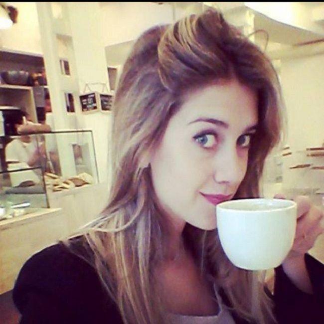 Clara-Alonso-eith-coffee