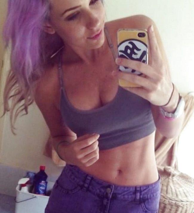 Alanah Pearce mirror selfie